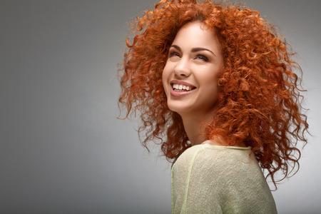 mujeres morenas: Cabello Rojo. Mujer hermosa con el pelo rizado largo.