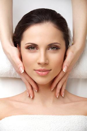 traitement: fermer de la femme dans le spa salon obtenir un traitement du visage