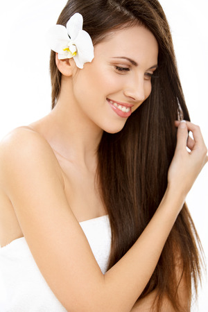 Haar. Prachtige vrouw met lang gezond en glanzend glad bruin haar. Donkerbruin Meisje geïsoleerd op een witte achtergrond. Stockfoto