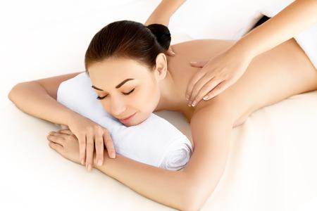 Spa mujer. Primer plano de un tratamiento de spa mujer joven que consigue. Masaje de cara Foto de archivo