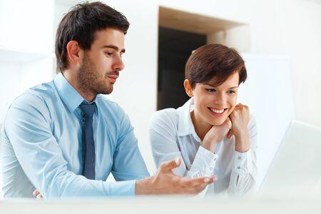 personas trabajando: Sonriendo gente de negocios trabajando juntos en la oficina