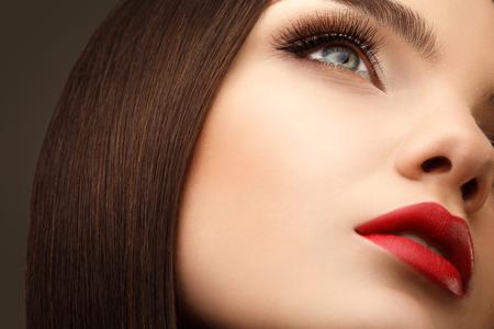 Vrouw oog met mooie make-up en lange wimpers. Rode lippen. hoge kwaliteit beeld.