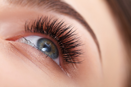 pestaÑas postizas: Mujer de ojos con largas pestañas. Extensión de la pestaña