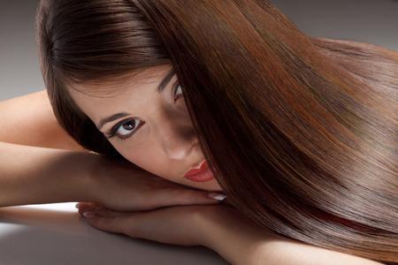 Portret van Mooie Vrouw met vlot glans lang haar