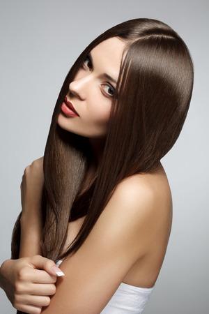 cabello lacio: Mujer hermosa con el pelo largo y recto