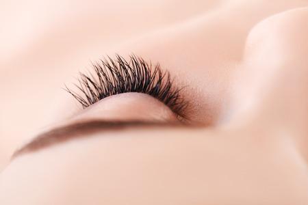 Mujer de ojos con largas pestañas. Extensión de la pestaña