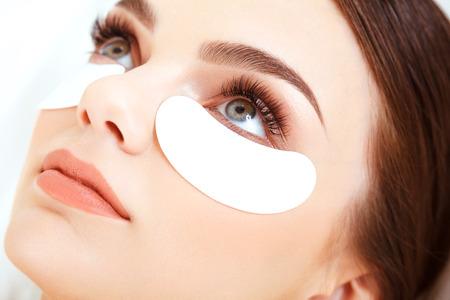 cerca: Tratamiento cosmético. Mujer de ojos con largas pestañas. Extensión de la pestaña