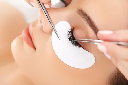 pesta�as postizas: Mujer de ojos con largas pesta�as. Extensi�n de la pesta�a