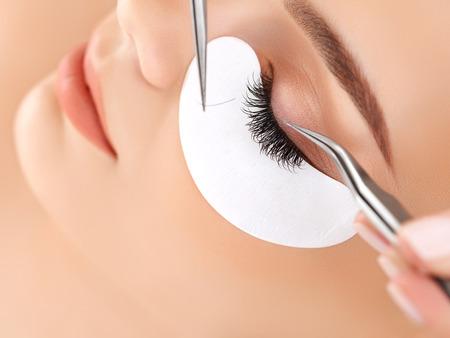 cuerpo femenino: Mujer de ojos con largas pestañas. Extensión de la pestaña
