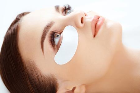 ojo humano: Tratamiento cosmético. Mujer de ojos con largas pestañas. Extensión de la pestaña