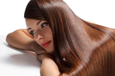capelli lunghissimi: Ritratto di bella donna con i capelli lunghi di lucentezza liscia. Immagini ad alta qualità.