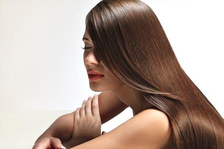 belle brune: Portrait de belle femme avec de longs cheveux brillant lisse. Image de haute qualit�.
