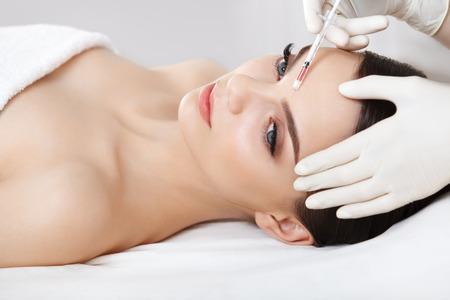 inyeccion: Hermosa mujer recibe inyecciones. Cosmetología. Cara de belleza