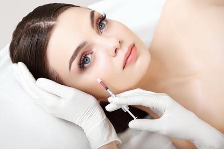 cosmeticos: Hermosa mujer obtiene inyección En Su Rostro. Cirugía Cosmética