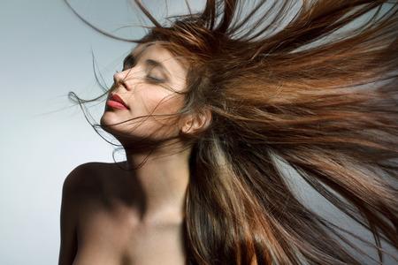 hosszú haj: Gyönyörű nő egészséges, hosszú haj. Magas minőségű kép. Stock fotó