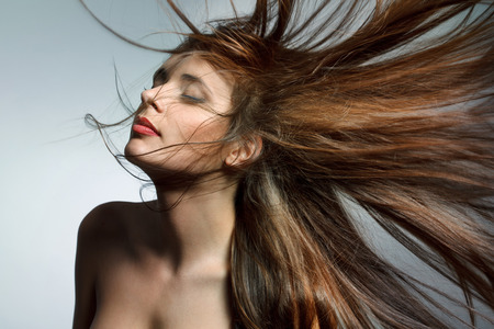 Schöne Frau mit dem gesunden langen Haar. Bild mit hoher Qualität.