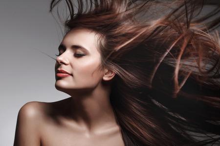 Bella donna con lunghi sani capelli. Immagini ad alta qualità.