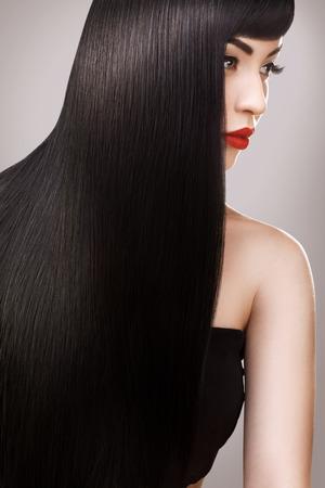 Haare. Schöne Frau mit dem gesunden langen Haar. Rote Lippen und schöne Make-up. Schwarzes Haar Standard-Bild - 39644359