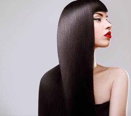 coiffer: Cheveux. Belle femme avec sain Cheveux longs. Lèvres rouges et belle maquillage. Cheveux Noirs