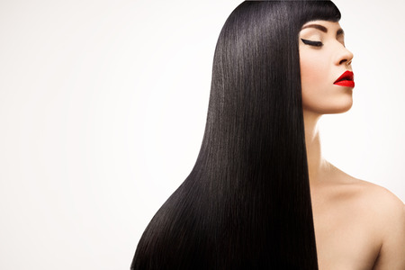 검정 머리. 건강한 긴 머리를 가진 아름 다운 갈색 머리 소녀. 빨간 입술과 좋은 메이크업.