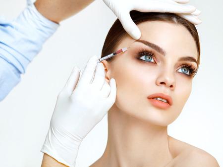 Hermosa mujer recibe inyecciones. Cosmetología. Cara de belleza