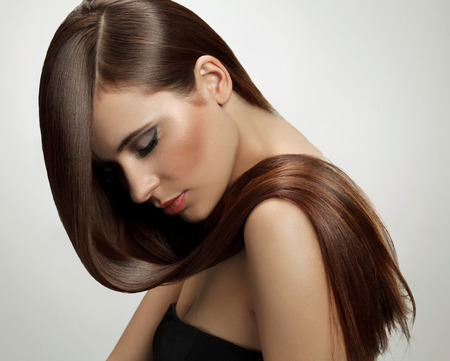 cabello: Cabello castaño. Mujer hermosa con el pelo largo saludable. Imagen de alta calidad.