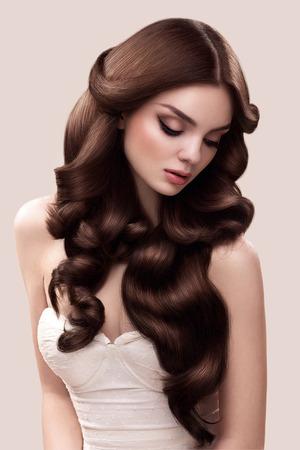 髪の毛。長いウェーブのかかった髪の美しい女性の肖像画。高品質の画像。