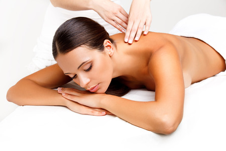 relaxamento: Massagem. Close-up de uma mulher bonita recebendo tratamento spa