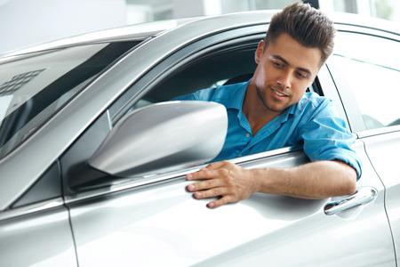 dream car: Car Showroom. Cliente feliz en el interior del coche de su sueño.