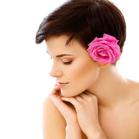 sur fond blanc: Spa Femme. Beautiful Girl Apr�s Spa Tretment toucher son visage. Perfect Skin. Isol� sur fond blanc