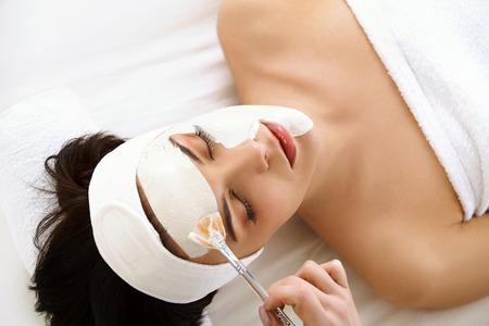 beauty wellness: Spa Mask. Vrouw in Spa Salon. Gezichtsmasker. Facial Clay Mask. Behandeling