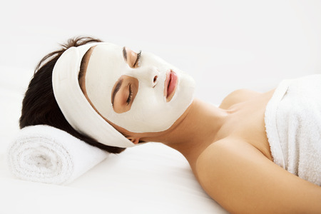 antifaz: Máscara Cosmética. Mujer hermosa joven que consigue un tratamiento de belleza en el salón del balneario. Aislado en blanco Backround