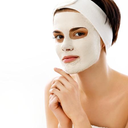 ヘッドスパマッサージスパ マスク。スパサロンで女性。顔のマスクです。粘土マスクです。治療