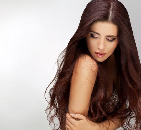 cabello: Pelo Largo. Retrato de la mujer hermosa con el pelo largo de Brown. Bueno retoque calidad. Foto de archivo