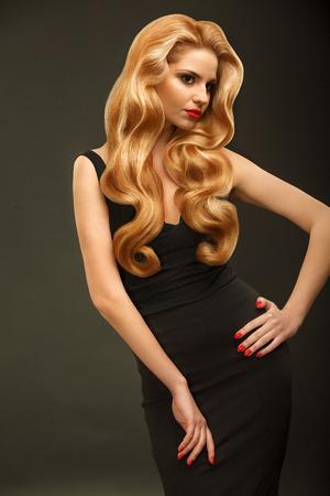 cabello rubio: Pelo Rubio. Retrato de la mujer hermosa con el pelo ondulado largo. Foto de archivo
