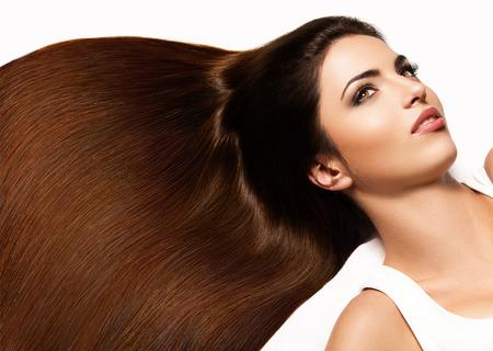 갈색 머리. 긴 머리를 가진 아름 다운 여자의 초상화입니다. 높은 품질의 이미지입니다.