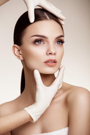 kunststoff: Sch�ne Frau vor der plastischen Chirurgie Betrieb Kosmetologie. Sch�nheits-Gesicht Lizenzfreie Bilder