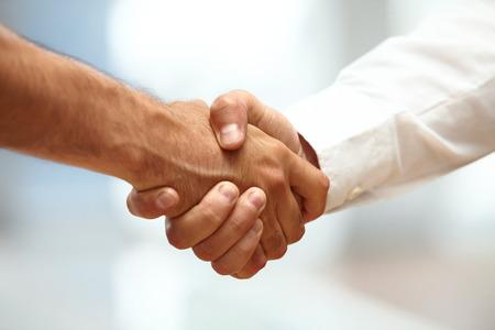 saludo de manos: Primer plano de un apretón de manos de negocios