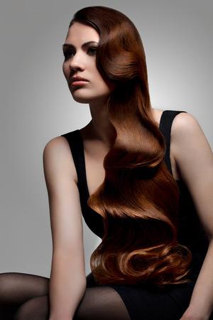 cổ điển: Hairstyle.Wavy Hair.Beauty Woman Portrait.Brunette Girl. Chất lượng tốt retouching Kho ảnh