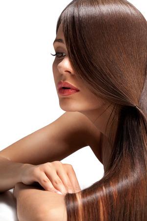 mujeres morenas: Retrato de la mujer hermosa con el pelo largo del lustre suave. Imagen de alta calidad. Foto de archivo