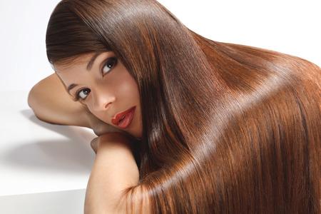 아름다움: 부드러운 광택 긴 머리를 가진 아름 다운 여자의 초상화입니다. 높은 품질의 이미지입니다.