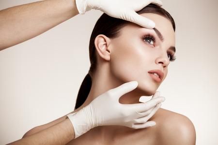 caras: Mujer hermosa antes de Cirugía Plástica Operación Cosmetología. Cara de belleza Foto de archivo