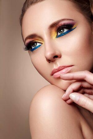 ojos marrones: linda chica con maquillaje hermoso