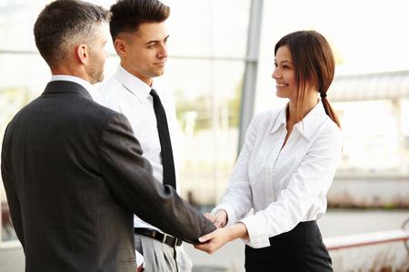 personas comunicandose: Equipo de negocios. Las personas se dan la mano se comunican entre sí