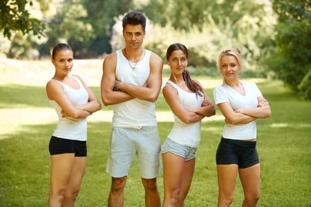 ropa deportiva: Grupo de amigos en ropa deportiva en el parque Foto de archivo