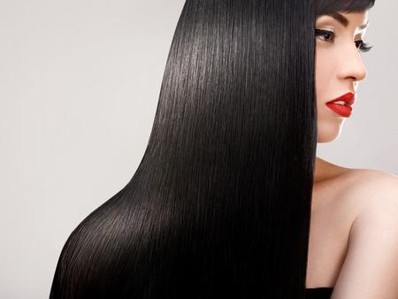 髪の毛。健康的な長い髪の美しい女性。赤い唇と素敵なメイク。黒い髪 写真素材 - 39623384