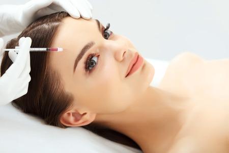 levantar peso: Hermosa mujer recibe inyecciones de botox. Cosmetología. Cara de belleza