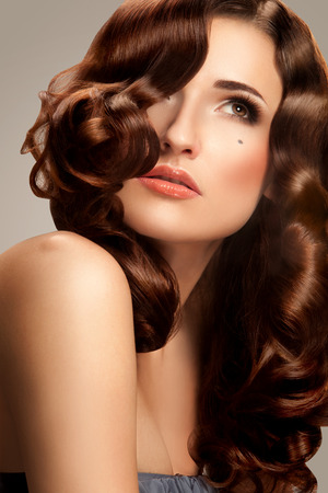 perfect waves: Curly Hair. Beautiful Brunette Girl With long Curly Hair