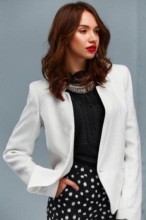 mujeres fashion: Retrato de moda confidente hermosa mujer de negocios. Ella está de pie con la mano en el bolsillo y mirando a un lado