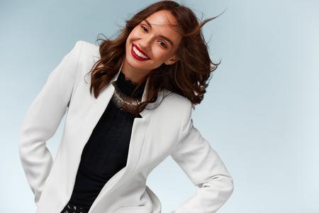 흰색 배경에 카메라에 웃는 아름다운 젊은 자신감 건강 행복 한 여자. 초상화